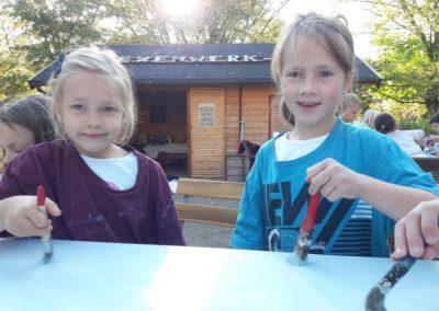 Carolina und Lotta macht das Anmalen viel Spaß. Sie freuen sich heute auch über den echten blauen Himmel.