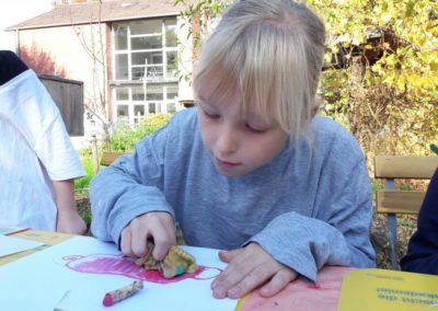 Sophie malt gerade Rosalie Köllerholz mit Ölkreide.