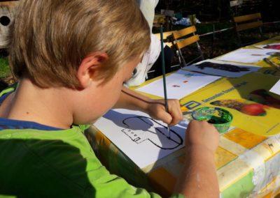 17 In der schönen warmen Sonne malt Paul einen großen Zeppelin.