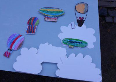 Die ersten Ballons, Zeppeline und Wolken legen wir schon mal auf unser blaues Himmelbrett.