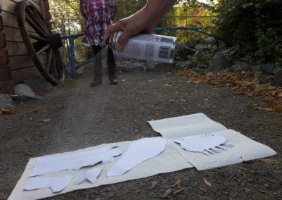 24 Alle ausgeschnittenen Bilder werden mit Sprühkleber besprüht und dann auf dickere Pappe geklebt. Das machen wir, damit alle Bilder lange halten und sich nicht biegen.