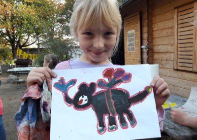 25 Sophie hat eine lustige Idee. Sie zeigt uns ihren Elefanten, der mit Luftballons fliegen kann.