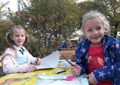 Lotta und Carolina haben zum ersten Mal Herbstferien in der Schule. Den beiden macht das Malen viel Spaß.