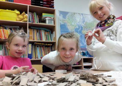Laeticia, Lara und Sophie bauen aus den Pappstücken Einser-, Zweier- und Dreierklötzchen. Die Klötzchen kleben wir hinter unsere Bilder und dann auf den Himmel. Durch die unterschiedlich hohen Pappklötzchen entsteht dann der 3D-Effekt. Manche Figuren sind dadurch weiter von uns entfernt als andere.