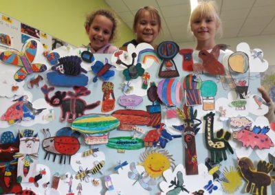41 Joelle, Mia und Sophie halten das große Bild fest. Was könnt ihr entdecken?