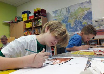 Ivo und Louis malen mit Acrylfarbe.
