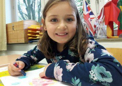 Mia malt heute zum ersten Mal mit Wachspastellkreiden und Ölkreiden.