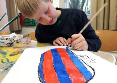 Für seinen großen Zeppelin benutzt Felix strahlende Farben.