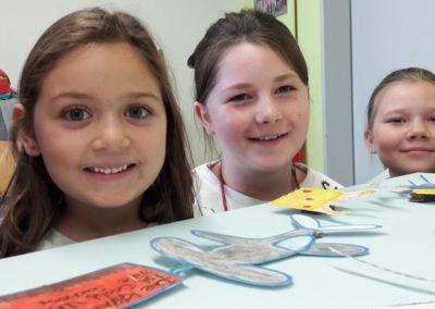 Mia, Lilian und Martha haben viele fliegende Figuren gemalt.