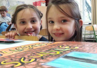 Daria und Lea freuen sich über die fliegenden Figuren, besonders über die Köllerholzschule.