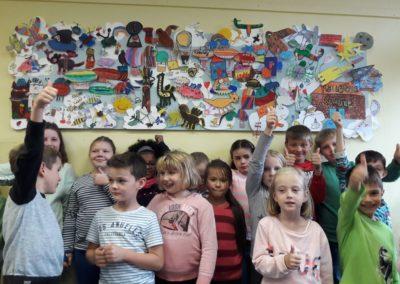 71 Am letzten Ferientag hängen wir unser tolles Kunstwerk feierlich in der Villa auf. 39 Mädchen und Jungen aus den Klassen 1, 2, 3 und 4 haben über 2 Wochen fleißig gezeichnet, gemalt, geschnitten, geklebt und gebastelt. Es ist ganz schön viel los an unserem Wimmel-Himmel. Genauso wie in der Köllerholzschule, da gibt es auch immer viel zu entdecken!