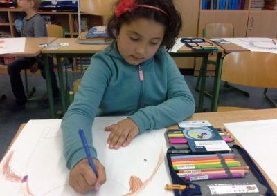 Zuerst machen wir auf großem weißem Papier Skizzen von unseren Köpfen. Valeria nutzt für ihre Skizze den Flyer vom Malwettbewerb der Ruhr-Universität Bochum.