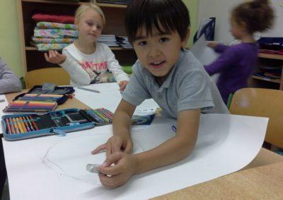 004 Auch Robert zeichnet seinen Kopf auf Papier.