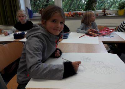 010 Auch Johanna zeichnet ihre Ideen aufs Papier. Was passiert wohl in ihrem Kopf?
