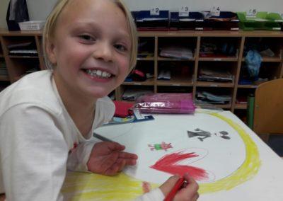 Stella malt gerade ein rotes Herz. Ihr könnt euch bestimmt vorstellen, wofür das Herz steht.
