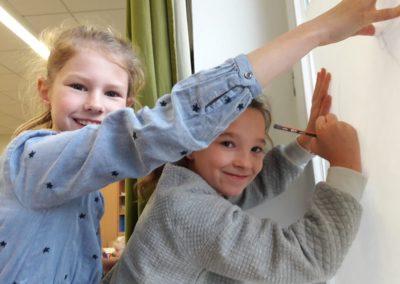 018 Leni und Mila arbeiten gerne zusammen. Das Tageslicht hilft ihnen dabei eine neue Skizze zu zeichnen.