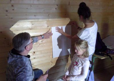 Uns ist etwas Tolles eingefallen! Wir zeichnen Schattenbilder unserer Köpfe auf Papier. Dafür brauchen wir unser dunkles Hexenhaus und einen Tageslichtprojektor. So können Ingo Menzler und Franziska Vielhaber Marlenes Kopf mit Bleistift auf das Papier zeichnen.