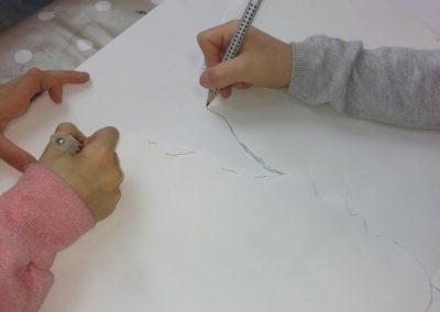 034 Der Umriss wird mit dem Bleistift ganz genau gezeichnet.