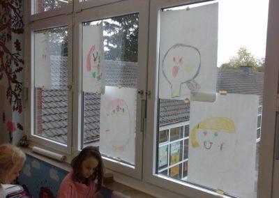 Die Skizzen unserer Köpfe mit den Gefühlen hängen wir im Schulflur auf. Wir brauchen die Skizzen, weil wir jetzt auch die Gefühle auf die Leinwand zeichnen wollen.