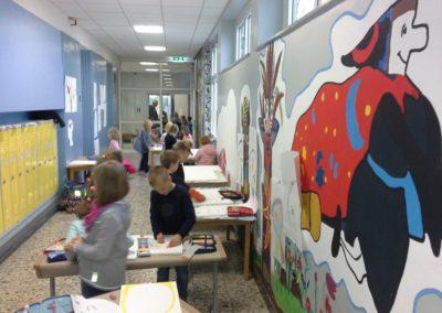 Im großen Schulflur können alle Kinder der Kunstwerkstatt gut arbeiten.