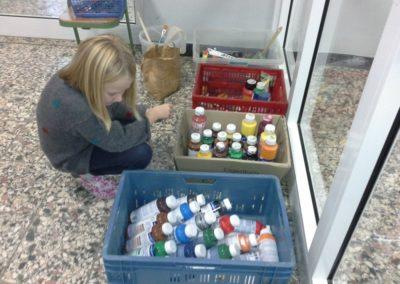 Marlene überlegt, welche Farben sie für ihre Leinwand benutzen möchte. Wir können mit Acrylfarben, Aquarellfarben, Wandfarben, Ölkreiden, Pastellkreiden und Buntstiften malen.