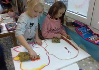 045 Hier sieht man Mila und Stella beim Malen ihrer Gefühle.