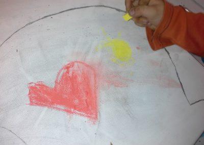 046 Lars malt seine Gefühle mit Pastellkreide auf die Leinwand.