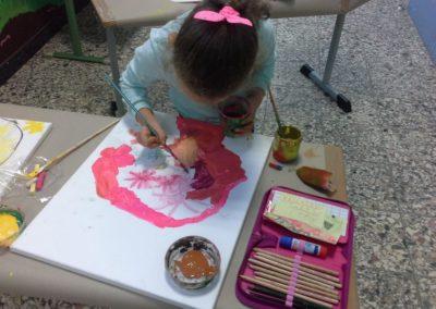 Joelle benutzt ihre Lieblingsfarben zum Malen.