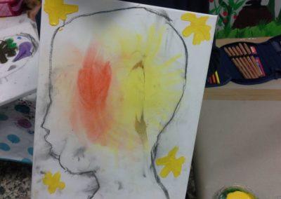 074 Luka hat ein leuchtendes Herz und eine leuchtende Sonne in seinem Kopf.
