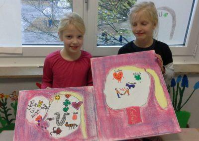 077 Dana und Mia zeigen uns ihre Gefühlebilder.