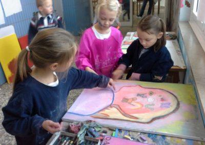 Lotta zeigt Stella und Mila ihr Kunstwerk.