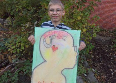 """099 Das ist Nicolas mit seinem Kunstwerk """"Glückslicht""""."""