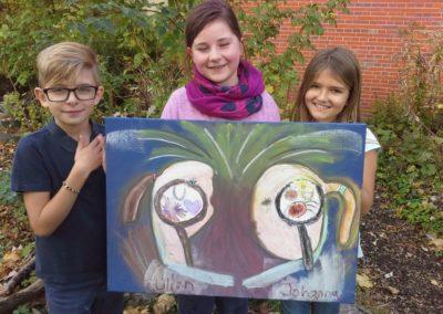 """103 Das sind Lilian und Johanna mit ihrem Kunstwerk """"Feuerfreundschaftsgefühlebild"""". Fabio hat ihnen beim Malen geholfen."""