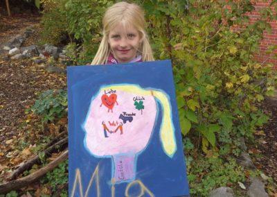 """Das ist Mia mit ihrem Kunstwerk """"Gefühle in Blau""""."""