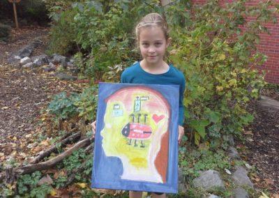 """Das ist Frida mit ihrem Kunstwerk """"Glücksbild""""."""