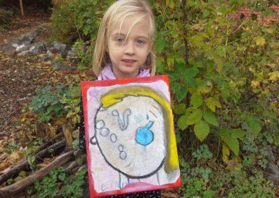 """Das ist Linda mit ihrem Kunstwerk """"Bunt""""."""