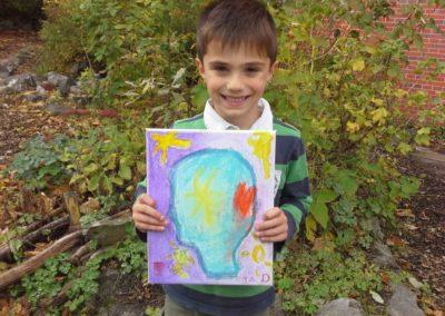 """Das ist Jad mit seinem Kunstwerk """"Glücksköpfchen""""."""