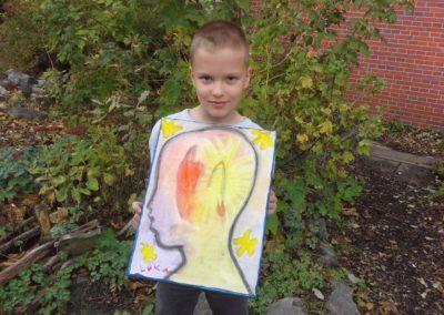 """Das ist Luka mit seinem Kunstwerk """"Flammen""""."""