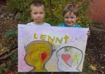 """Das sind Lenni und Lars mit ihrem Kunstwerk """"Gefühlebild""""."""
