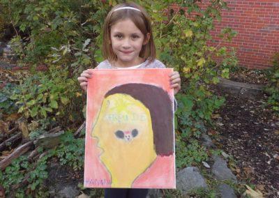 """Das ist Hannah mit ihrem Kunstwerk """"Micky Maus""""."""