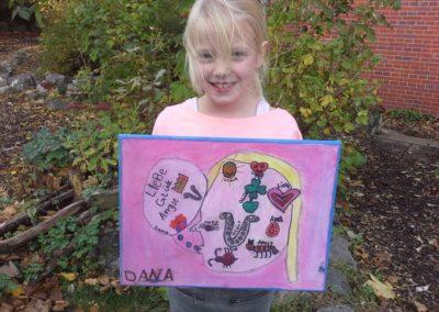 """129 Das ist Dana mit ihrem Kunstwerk """"Pinkes Kunstwerk""""."""