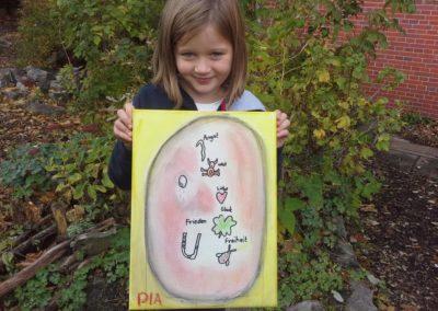 """Das ist Pia mit ihrem Kunstwerk """"Glück vor der gelben Kunst""""."""