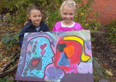 """Das sind Mila und Stella mit ihrem Kunstwerk """"Schmetterling""""."""