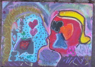 """Mila und Stella sagen: """"Wir haben bunte Gefühle im Kopf. So bunt wie ein Schmetterling."""""""