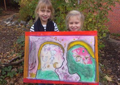 """Das sind Anna und Pia mit ihrem Kunstwerk """"Feuerwerksliebe""""."""