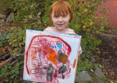 """Das ist Pauline mit ihrem Kunstwerk """"Roter Kopf""""."""
