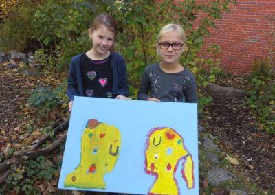 """143 Das sind Leni und Lea mit ihrem Kunstwerk """"Gefühlte Freundschaft und noch mehr""""."""