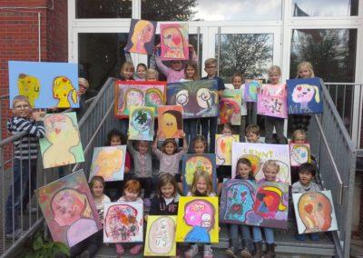 Hier sieht man alle Kinder der Kunstwerkstatt mit ihren Kunstwerken.